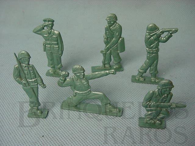 Brinquedo antigo Conjunto de seis soldados tipo Flat com uniforme da Segunda Guerra Década de 1950