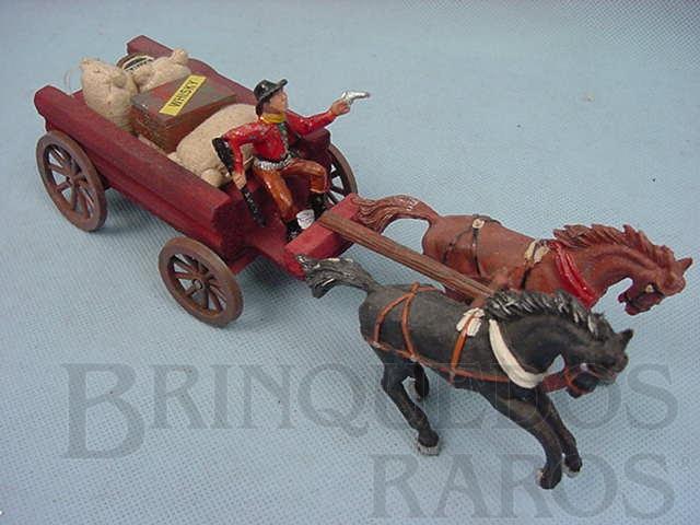 Brinquedo antigo Carroça com dois cavalos Cocheiro com rifle e revolver 3 Sacos de Aniagem um Barril e uma Caixa de Víveres Década de 1960