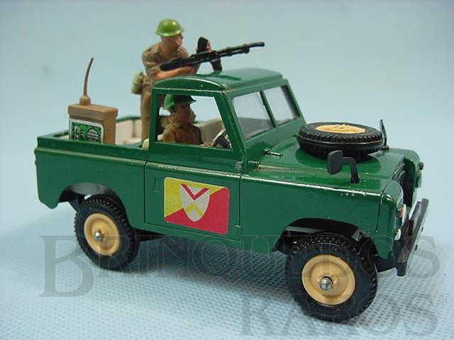 Brinquedo antigo Land Rover com metralhadora e dois soldados Década de 1970