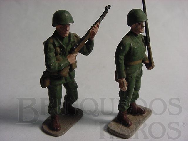 Brinquedo antigo Soldados americanos de pé com fuzil Uniforme da Segunda Guerra Década de 1970