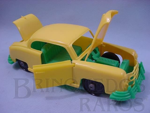 Brinquedo antigo Sedan verde e amarelo com 25 cm de comprimento Abre as portas o Capô e o Porta-malas Importado e distribuído pela Estrela Década de 1950