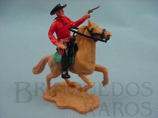 Brinquedo antigo Cowboy montado a cavalo com revolver Década de 1970