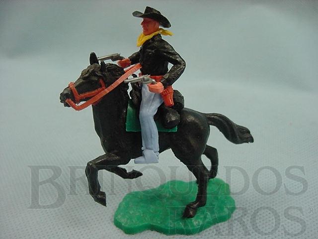 Brinquedo antigo Cowboy montado a cavalo com dois revolveres Década de 1970