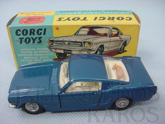 Brinquedo antigo Ford Mustang Fastback 2+2 with the Corgi Dog azul metálico Ano 1966