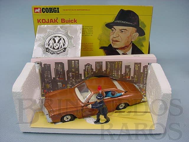 Brinquedo antigo Kojak Buick completo com figuras