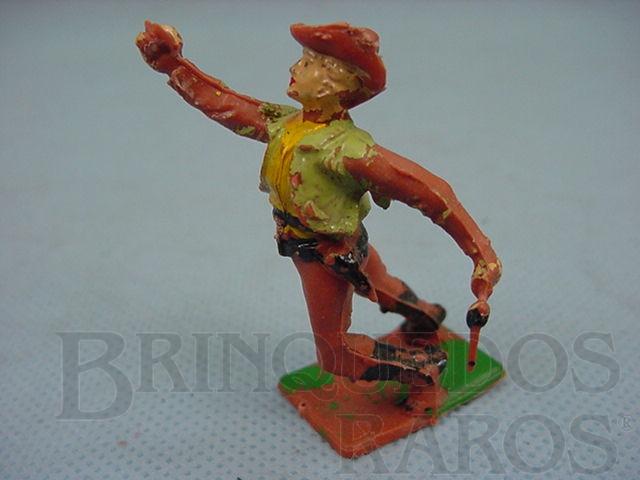 Brinquedo antigo Cowboy de pé baleado Década de 1960