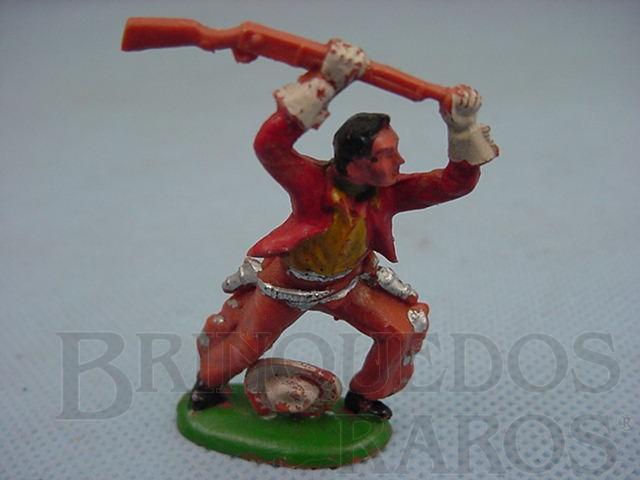 Brinquedo antigo Cowboy de pé lutando com rifle