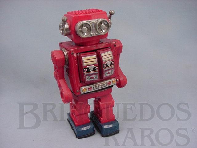 Brinquedo antigo Robot com metralhadora no peito de lata e plástico com 30,00 cm de altura Década de 1980
