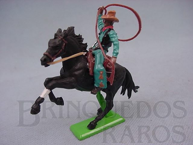 Brinquedo antigo Cowboy montado a cavalo com laço datado 1971