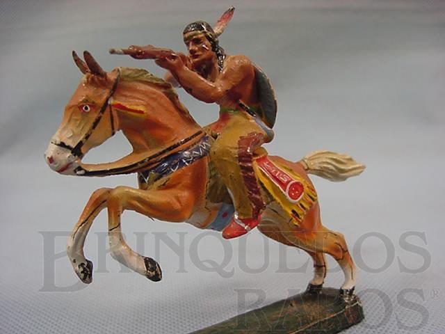 Brinquedo antigo Índio montado a cavalo atirando com rifle Década de 1950