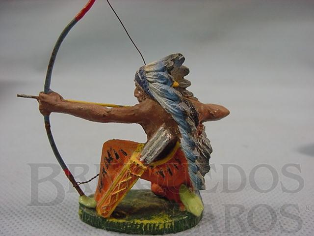 Brinquedo antigo Chefe índio ajoelhado atirando com arco Década de 1950