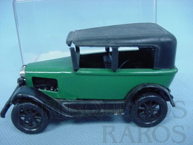 Brinquedo antigo Calhambeque verde com 10,00 cm de comprimento Década de 1970