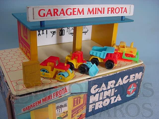 Brinquedo antigo Garagem Mini Frota completa com quatro veículos Década de 1980
