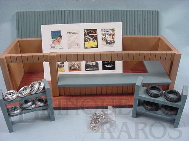Brinquedo antigo Box de corrida completo com Rodas Pneus Cubos e  Ferramentas Ano 1995 Edição limitada