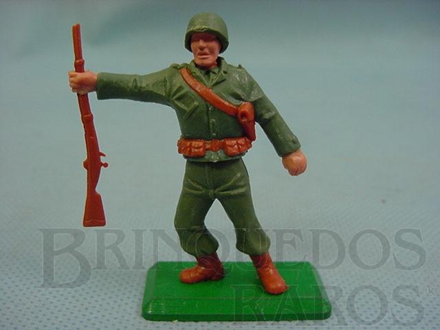 Brinquedo antigo Soldado Americano da Segunda Guerra de pé com fuzil base de metal Década de 1970