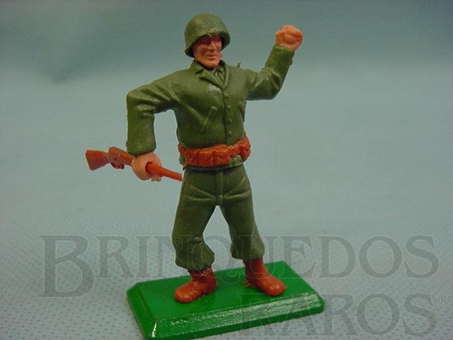 Brinquedo antigo Soldado Americano da Segunda Guerra atirando granada base de metal Década de 1970