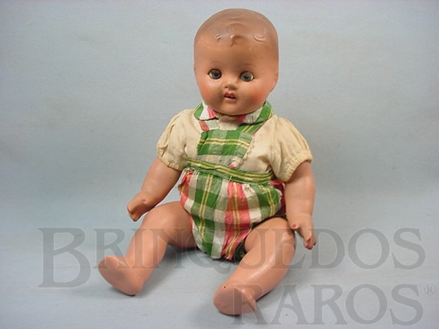 Brinquedo antigo Bebê de massa com 40,00 cm de altura Roupa original olhos de plástico pintado Década de 1940