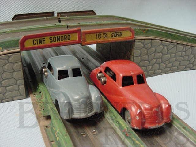 Brinquedo antigo Conjunto com pista em oito e dois carros de metal Corrente Alternada Década de 1930