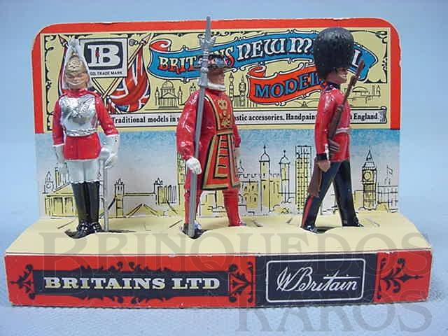 Brinquedo antigo Conjunto com três Guardas Reais a pé Lifeguard Beefeater e Scots Guard Com Display Década de 1970
