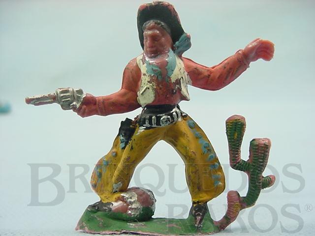 Brinquedo antigo Cowboy de pé atirando com revolver Barril e Cactus na base Gulliver numerado 40