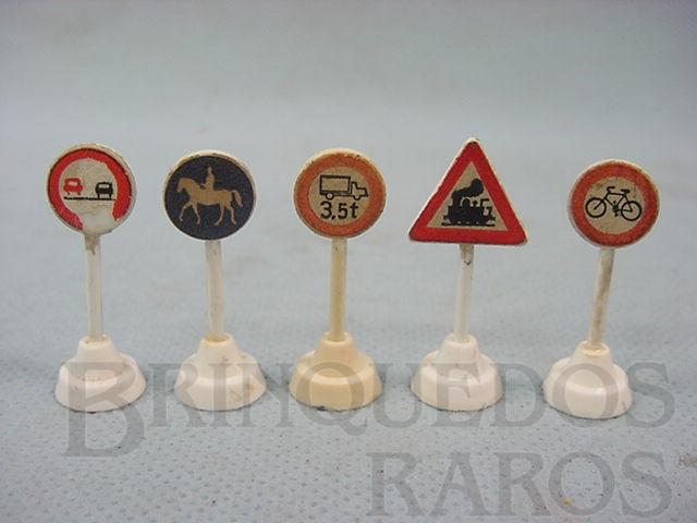 Brinquedo antigo Conjunto de cinco placas de sinalização de transito bitola HO Década de 1960
