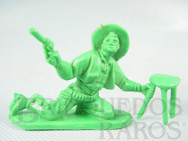 Brinquedo antigo Cowboy brigando no Saloon com revolver e banqueta de plástico verde Década de 1980