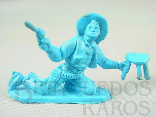 Brinquedo antigo Cowboy brigando no Saloon com revolver e banqueta de plástico azul Década de 1980