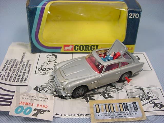 Brinquedo antigo Aston Martin DB5 prateado completo 007 James Bond Ano 1968