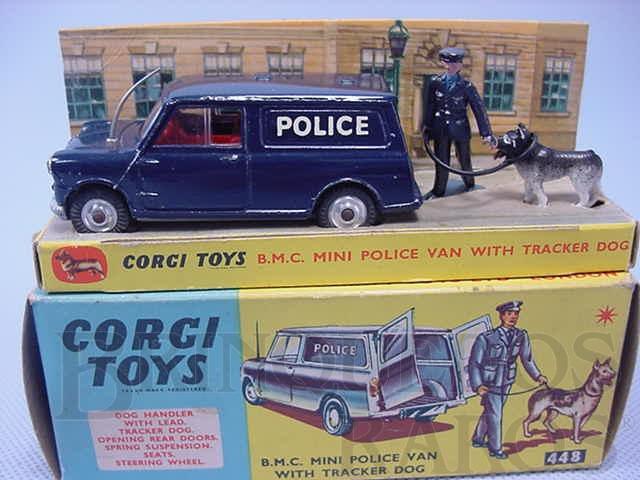 Brinquedo antigo B.M.C. Mini Police Van with Tracker Dog. Década de 1960