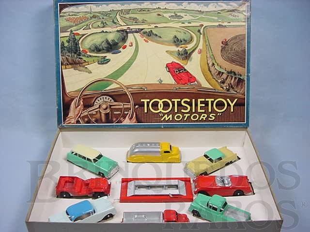 Brinquedo antigo Conjunto Completo Tootsietoys Motors com dois Caminhões três Carros um Jeep uma Perua e uma Caminhonete Década de 1950