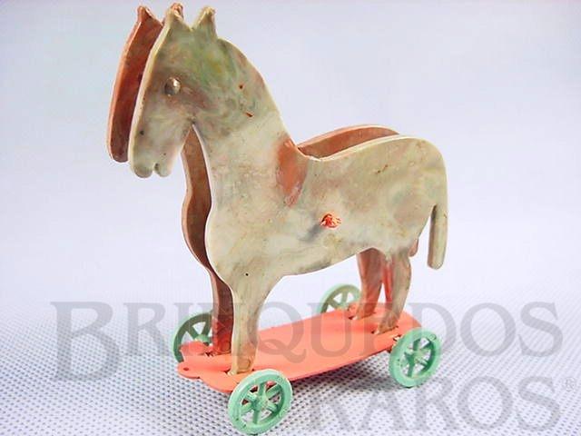 Brinquedo antigo Cavalo com rodas em Plástico marmorizado 10,00 cm de altura Década de 1960