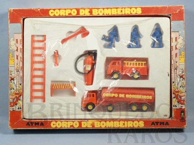 Brinquedo antigo Conjunto Corpo de Bombeiros Atma com três figuras dois Caminhões e acessórios Década de 1980