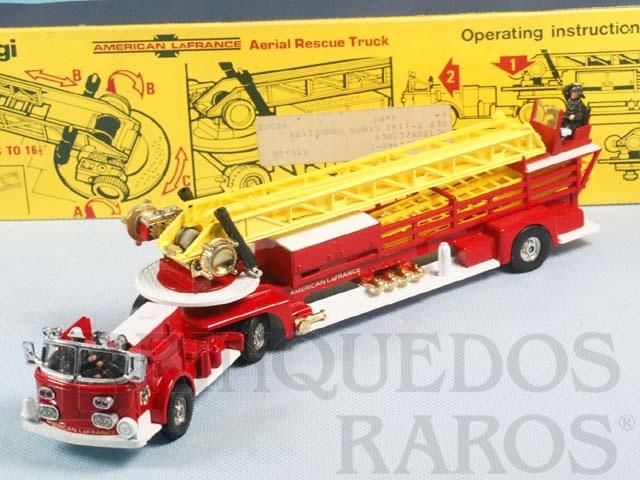 Brinquedo antigo American LaFrance Aerial Rescue Truck completo com 6 escadas e 4 figuras Segunda Série Década de 1970