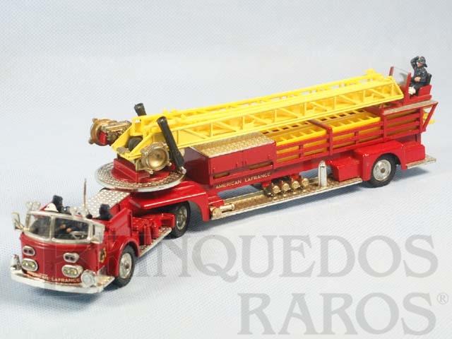 Brinquedo antigo American LaFrance Aerial Rescue Truck completo com 6 escadas e 6 figuras Primeira Série Década de 1960