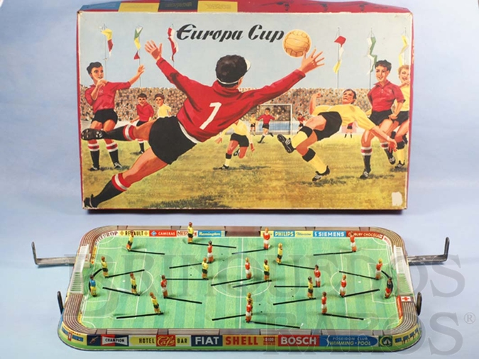 Brinquedo antigo Jogo de Futebol Europa Cup com campo medindo 55,00 cm x 30,00 cm Jogadores de lata litografada Década de 1960