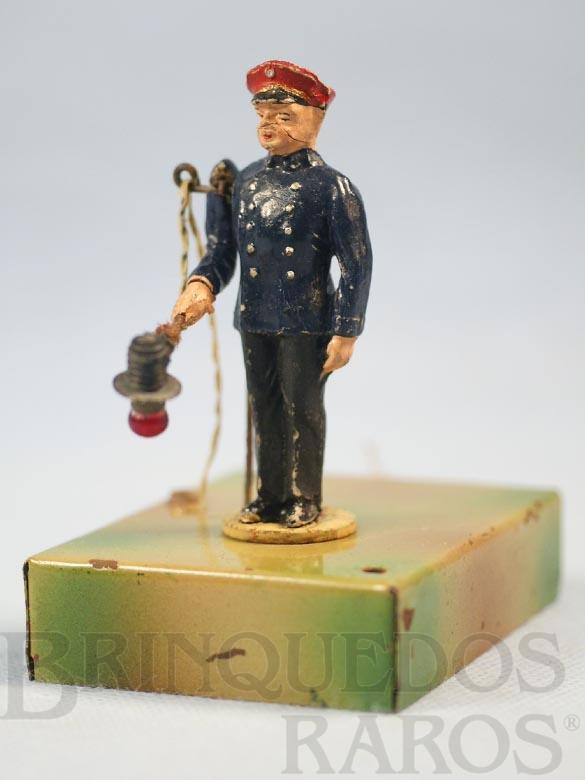 Brinquedo antigo Guarda de estação com movimento no braço e Placa com luz 12,00 cm de altura Década de 1930
