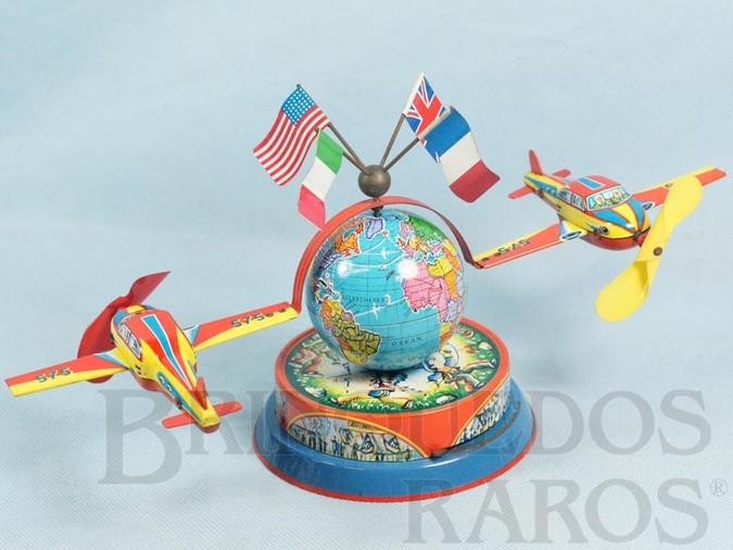 Brinquedo antigo Globo Terrestre com dois aviões e quatro bandeiras Aviões com 12,00 cm de envergadura Na base motivos de Parque de Diversões e meninos brincando de Cowboy Década de 1960