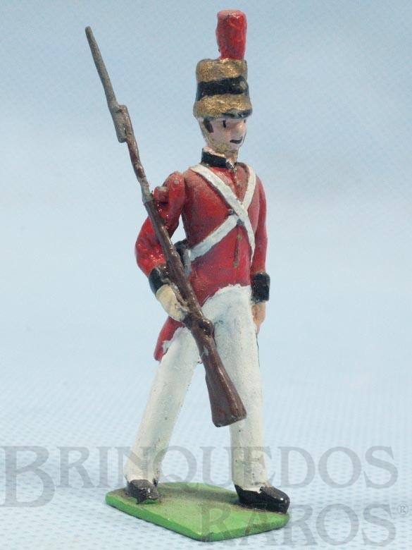 Brinquedo antigo Soldado Inglês Século XIX marchando com Fuzil e Baioneta Década de 1970