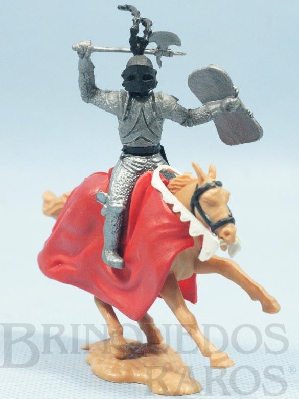 Brinquedo antigo Guerreiro Medieval a cavalo com machado e escudo Década de 1970