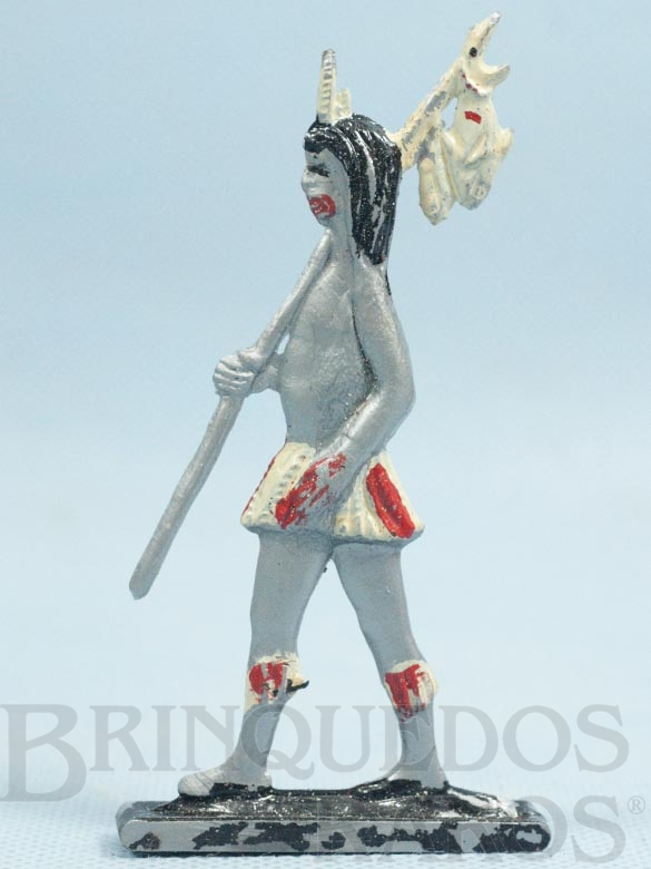 Brinquedo antigo Figura de Índio Brasileiro com Peixes 11,00 cm de altura Década de 1960