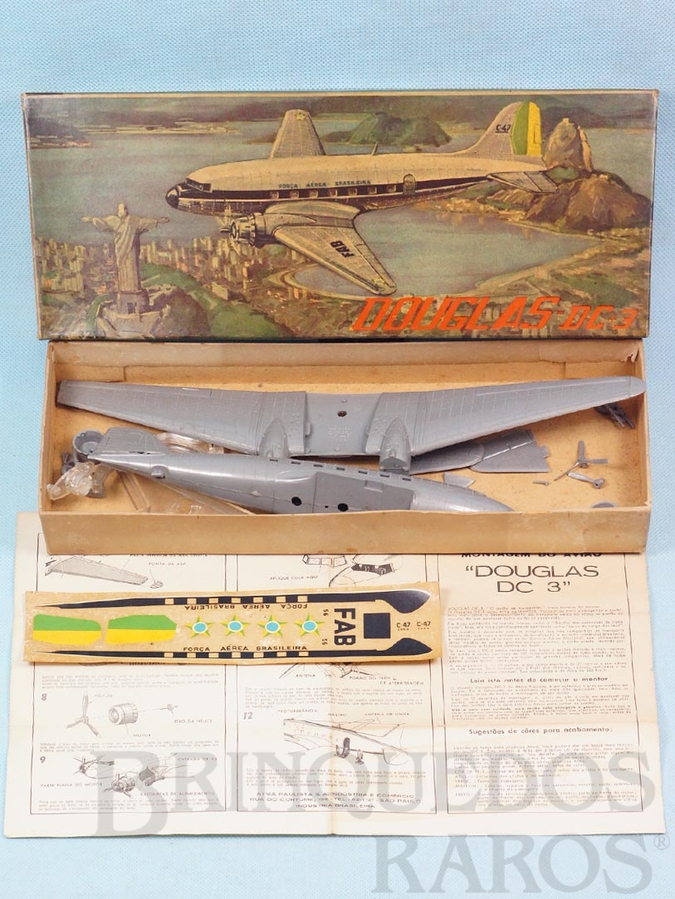 Brinquedo antigo Avião McDonnell Douglas DC-3 da FAB caixa com paisagem do Rio de Janeiro Kit parcialmente montado Década de 1960