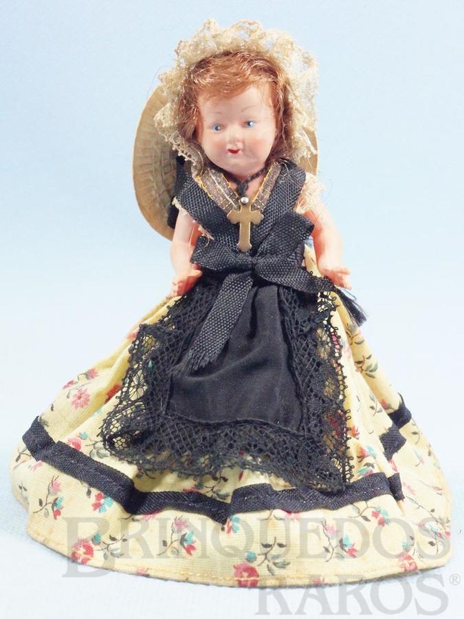 Brinquedo antigo Boneca com 13,00 cm de altura Olhos pintados Cabelo Natural e Roupa de tecido Década de 1930