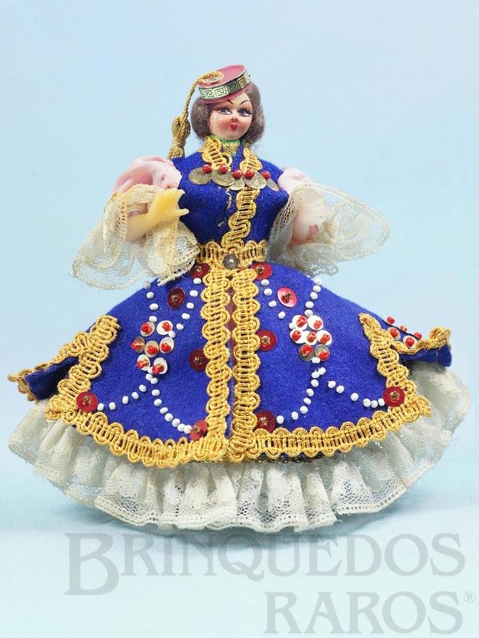 Brinquedo antigo Boneca com 17,00 cm de altura Traje típico da Grécia Cabeça de tecido e corpo de plástico rígido Olhos pintados Década de 1960