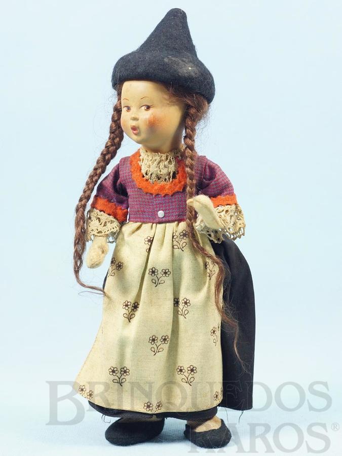 Brinquedo antigo Boneca com 25,00 cm de altura Traje típico Austríaco Cabeça de massa Corpo de tecido e Mãos de feltro Olhos pintados Década de 1950