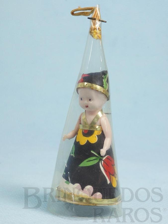 Brinquedo antigo Boneca com 6,5 cm de altura Corpo de plástico e vestido de papel Envolta em cone de acetato era utilizada como adorno de Árvore de Natal Década de 1960