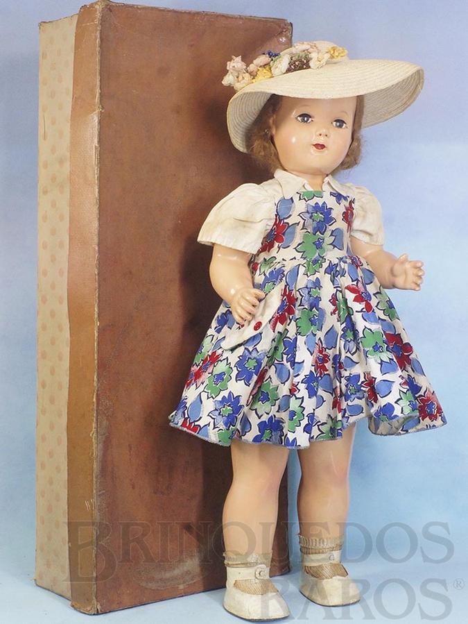 Brinquedo antigo Boneca de Massa predecessora da Boneca Amiguinha Boneca que Anda com 72,00 cm de altura Cabelos Naturais Olhos de dormir Completa e 100% original Acompanha Caixa Original de papelão com reforço de madeira Ano 1953