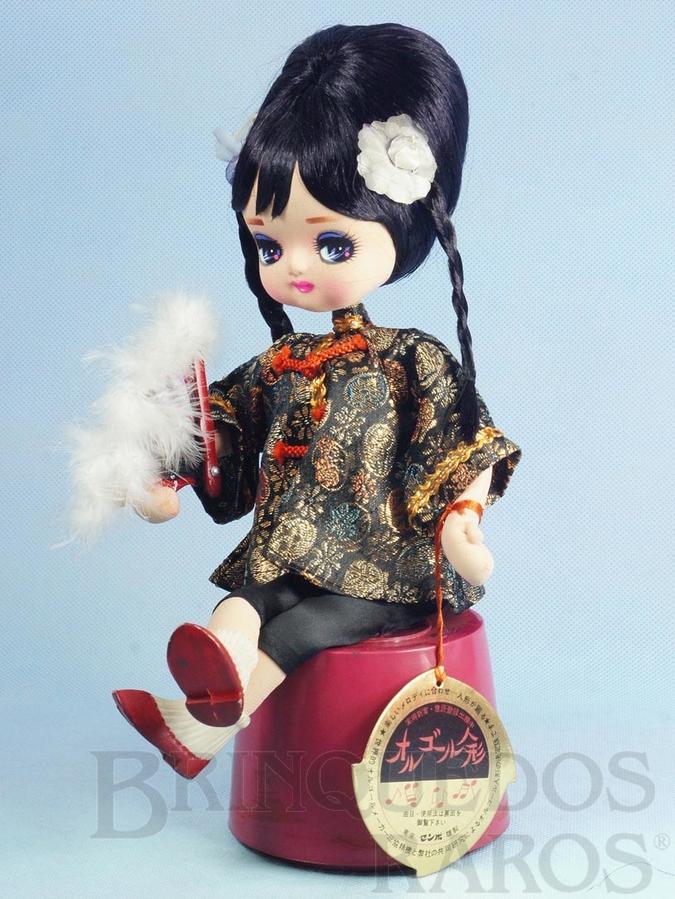 Brinquedo antigo Boneca tipo Pose Doll sentada com 31,00 cm de altura Rosto de Tecido Olhos pintados Caixa Sankyo com Música Japonesa Década de 1960