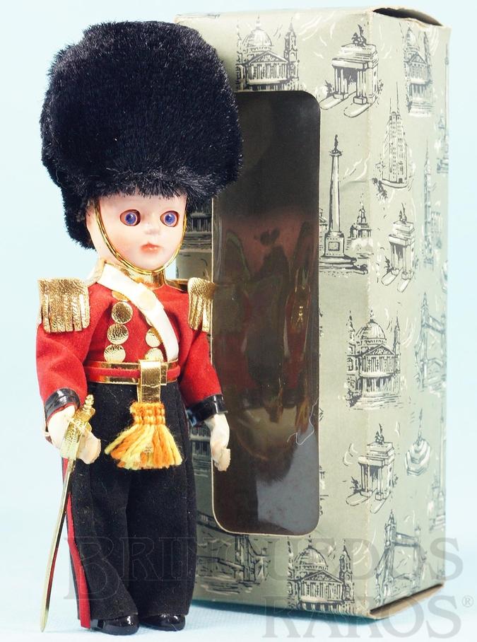 Brinquedo antigo Boneco com 19,00 cm de altura Traje típico Inglês Grenadier Guards Officer Cabeça e corpo de plástico rígido Olhos de dormir Década de 1960
