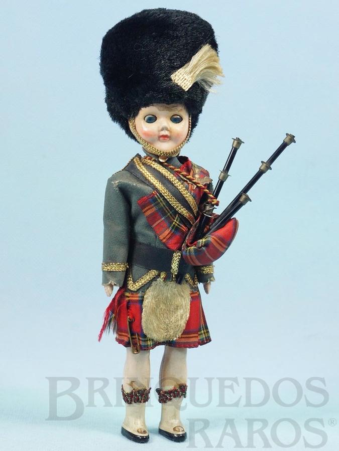 Brinquedo antigo Boneco com 21,00 cm de altura Traje típico da Escócia e Gaita de Fole Cabeça e corpo de plástico rígido Olhos de dormir Década de 1960