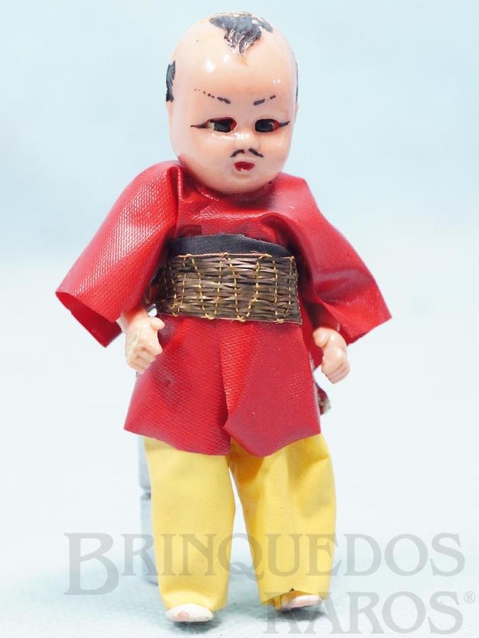 Brinquedo antigo Boneco com 8,00 cm de altura Kimono Japonês de tecido plástico Olhos de dormir Cabelo pintado Década de 1970